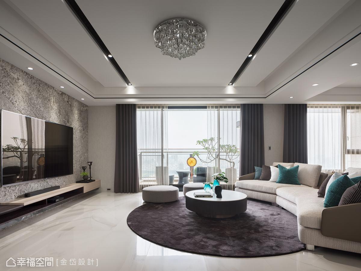 訂製的圓弧型沙發,搭配圓桌與地毯,讓充滿石材的空間中,添上幾筆柔和線條。
