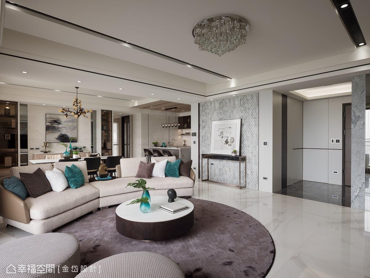 設計師善用天地壁的搭配,客廳天花挑選流線型水晶燈,營造空間的奢華大氣感。