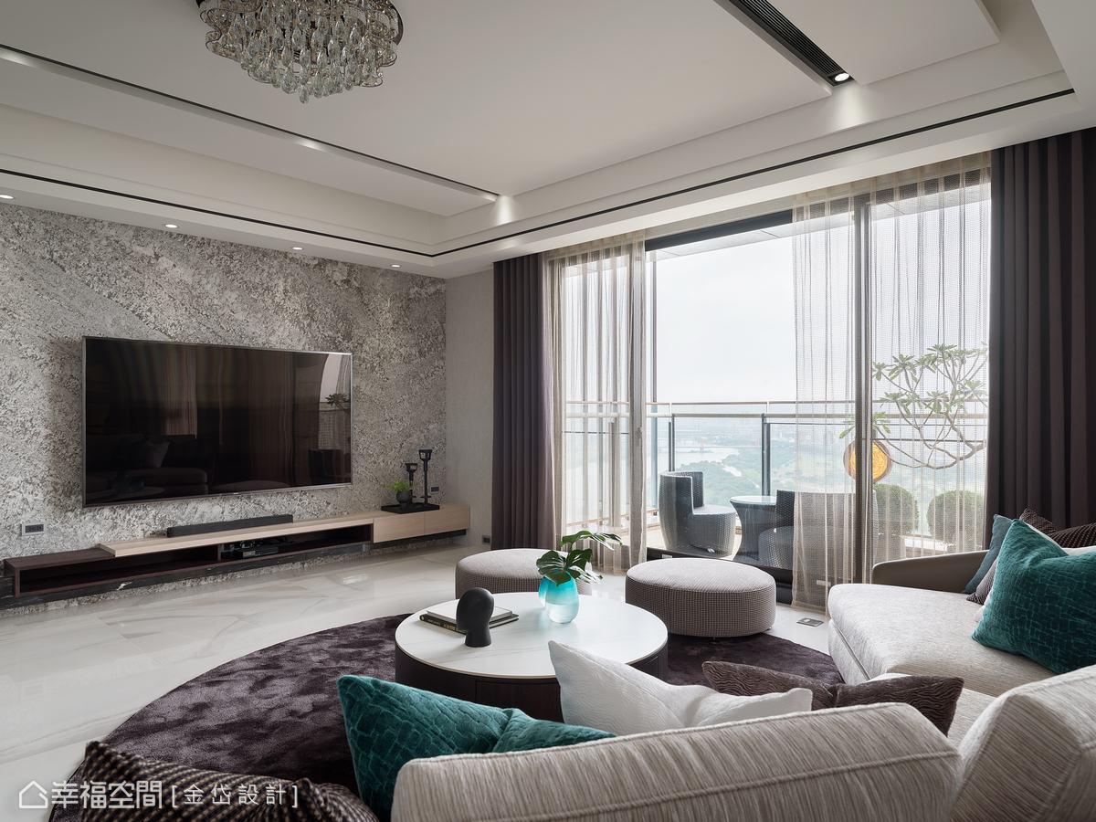 電視牆面呼應玄關使用仿沖面石材,在現代空間中,置入復古感元素,場域瀰漫古今交融的恢弘氣韻。