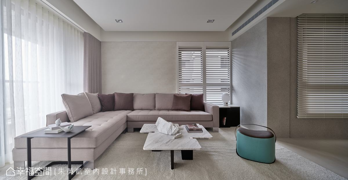 牆面以清爽的米灰色定調,沙發與茶几也搭配簡約素雅風格,低彩度色系讓視覺空間更寬敞無壓。