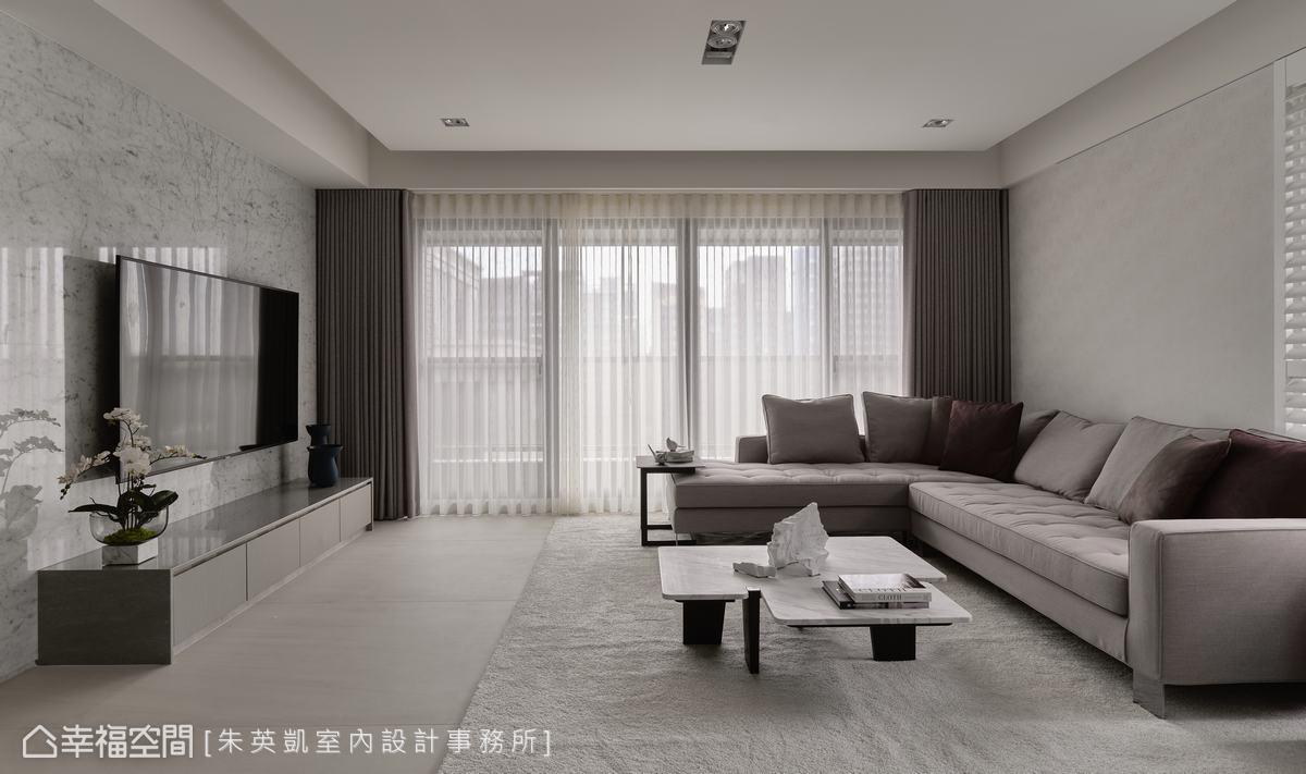 全室以大量布面等軟性建材營造放鬆休閒感,電視牆佐以大理石材,增加客廳亮點。
