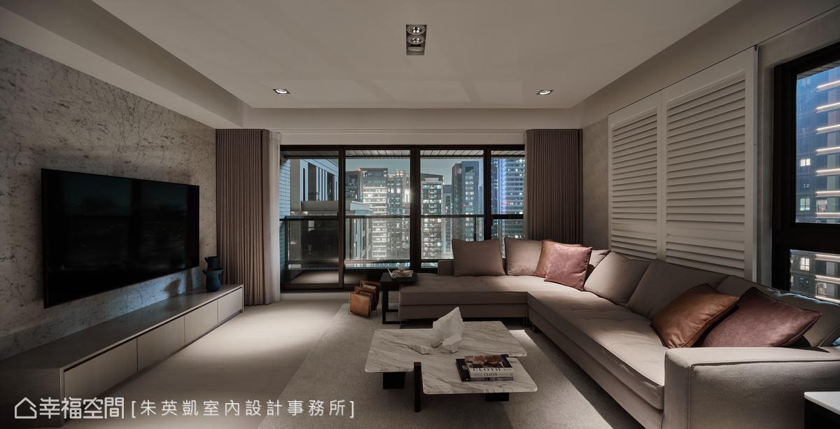 大面開窗迎接日光與夜景,讓窗外景色也成為室內裝飾的一部分。