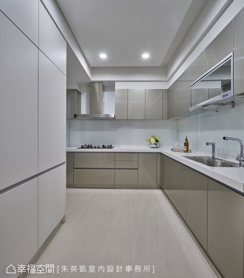 L型的廚房增加工作檯面,上下櫃體配置增加許多收納空間,空間維持清爽整潔。