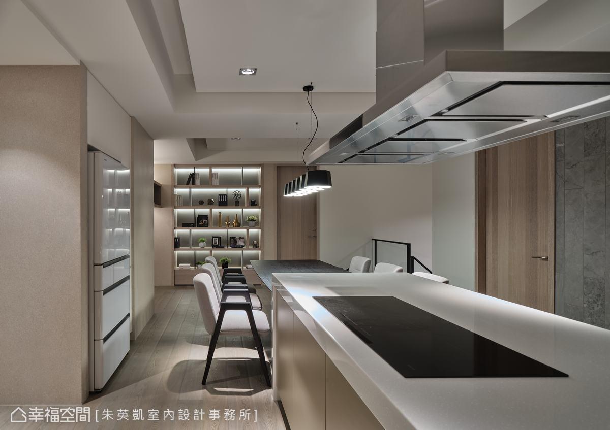 沿著樓梯向上,規劃中島與餐桌,下方並配置紅酒櫃,想小酌的時候也可以料理一些下酒菜。