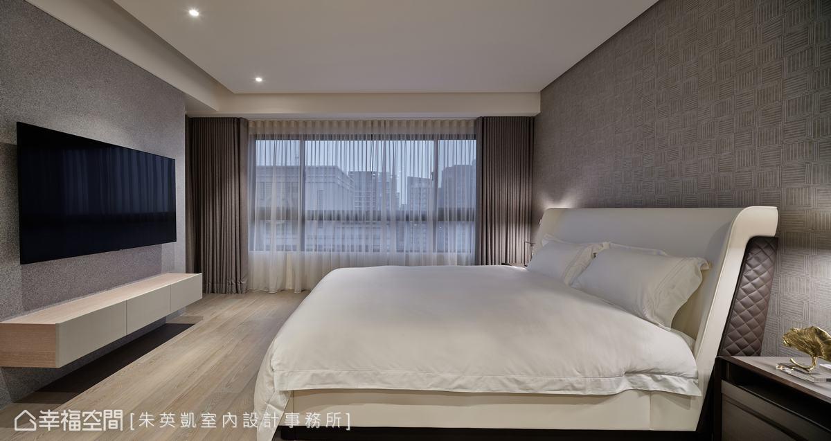 延續公領域的簡約風格,主臥室仍鋪以素雅調性,床頭壁紙的紋路悄悄點綴場域質感。