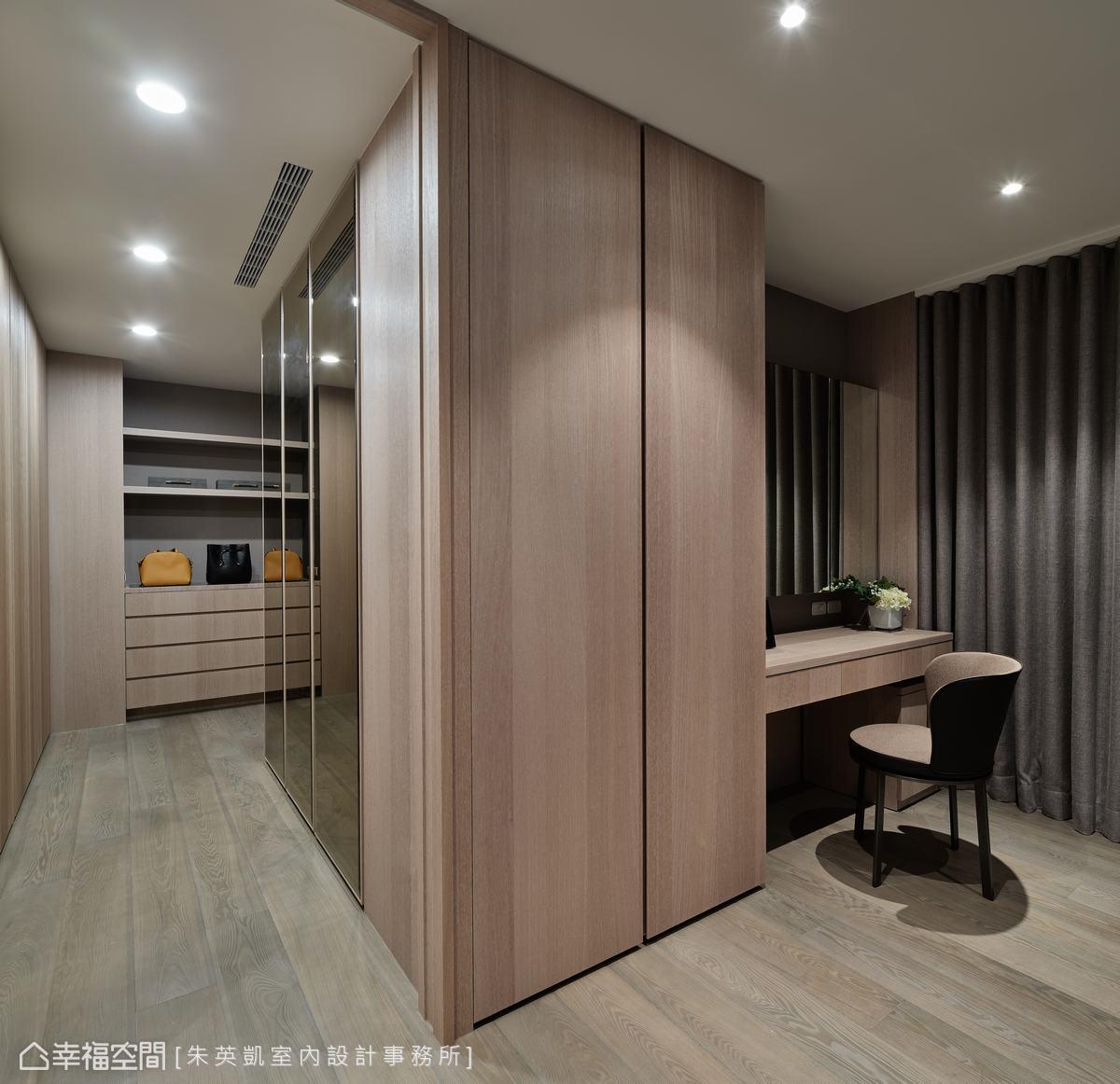 推開主臥側面拉門即為更衣室,設置鏡面放大視覺坪效,同時也可當全身穿衣鏡使用。