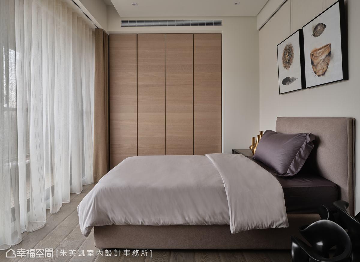 利用格局內凹處配置收納櫃,靈活運用畸零空間,平時作為書房或畫室使用,賓客來訪時則可當客房。