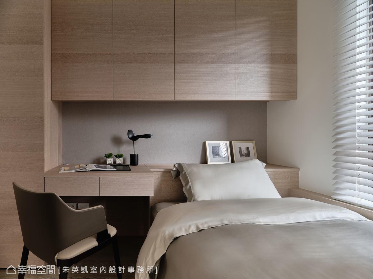 配備充足收納空間的床頭櫃,中間鏤空處延伸為書桌,多機能合而為一,既實用又俐落美觀。