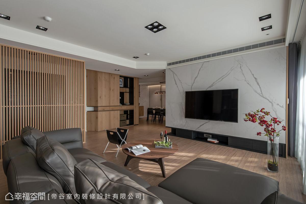 天花板分割出切角,拉闊客廳尺度,塑造出開闊的自由平面。