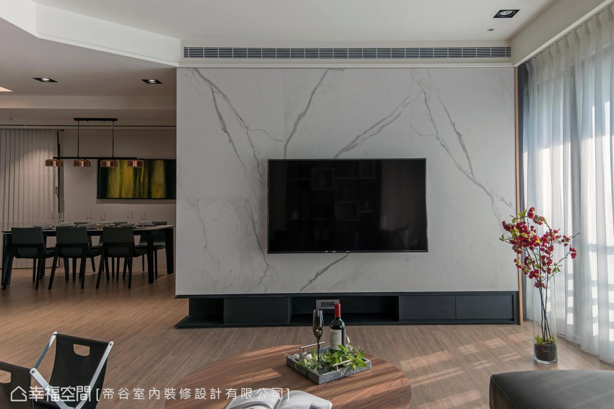 大膽選用大片義大利霧面石紋磚,構築大氣視覺,透顯空間的雍容質感。