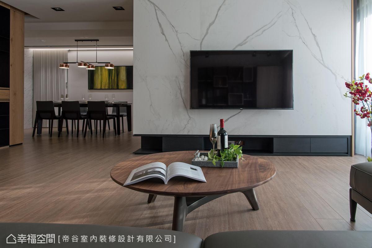 精算尺寸,於電視牆下方植入機能櫃體,打造挑高視覺。