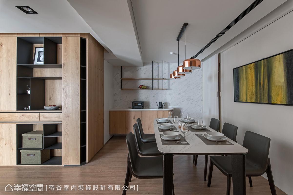 木作櫃體融入斜切設計及鐵件元素,流暢整體動線,亦將畸零空間妥善運用。