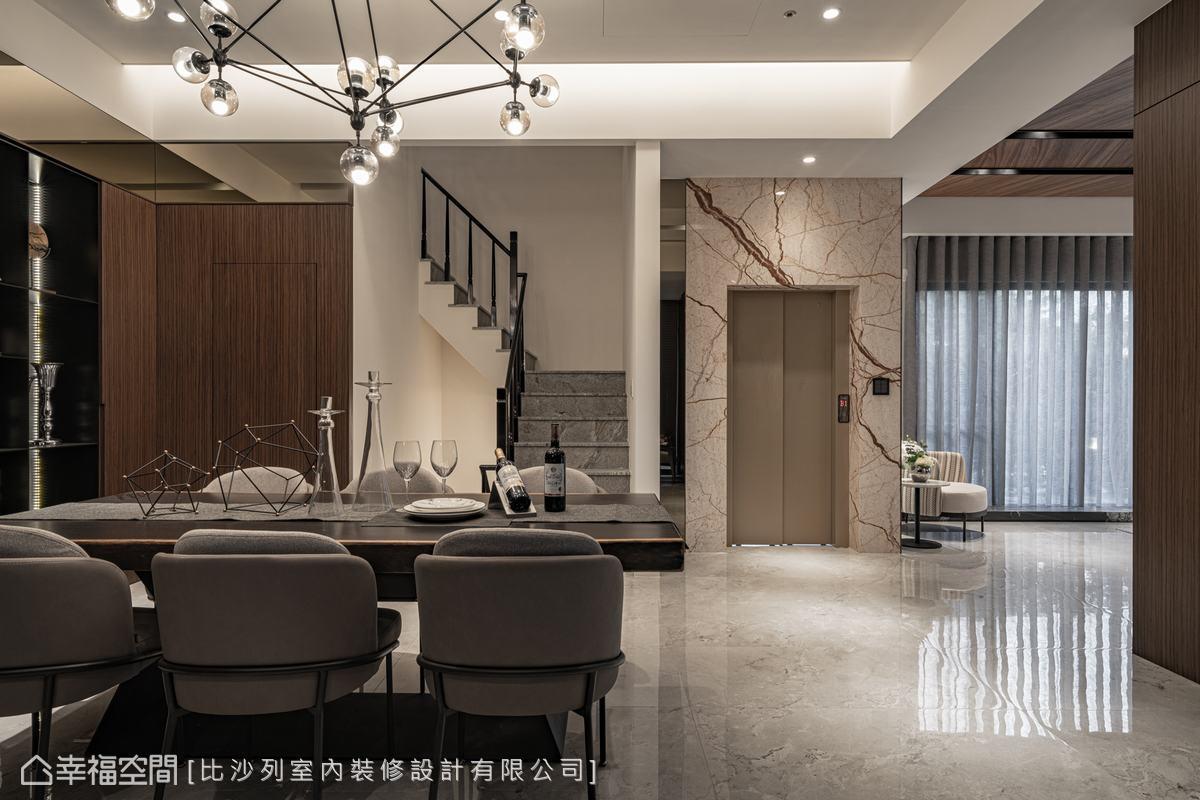 玄關入室,映入眼簾的是氣派餐廳,以深木色、石材、茶鏡,構築出微奢的用餐氛圍。