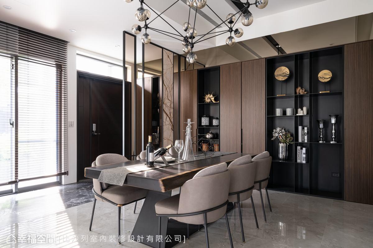 藉由鐵件框茶玻、石材建構出的質感屏風,區隔出玄關與餐廳分界,也創造隱約阻擋直視室內的顧慮。