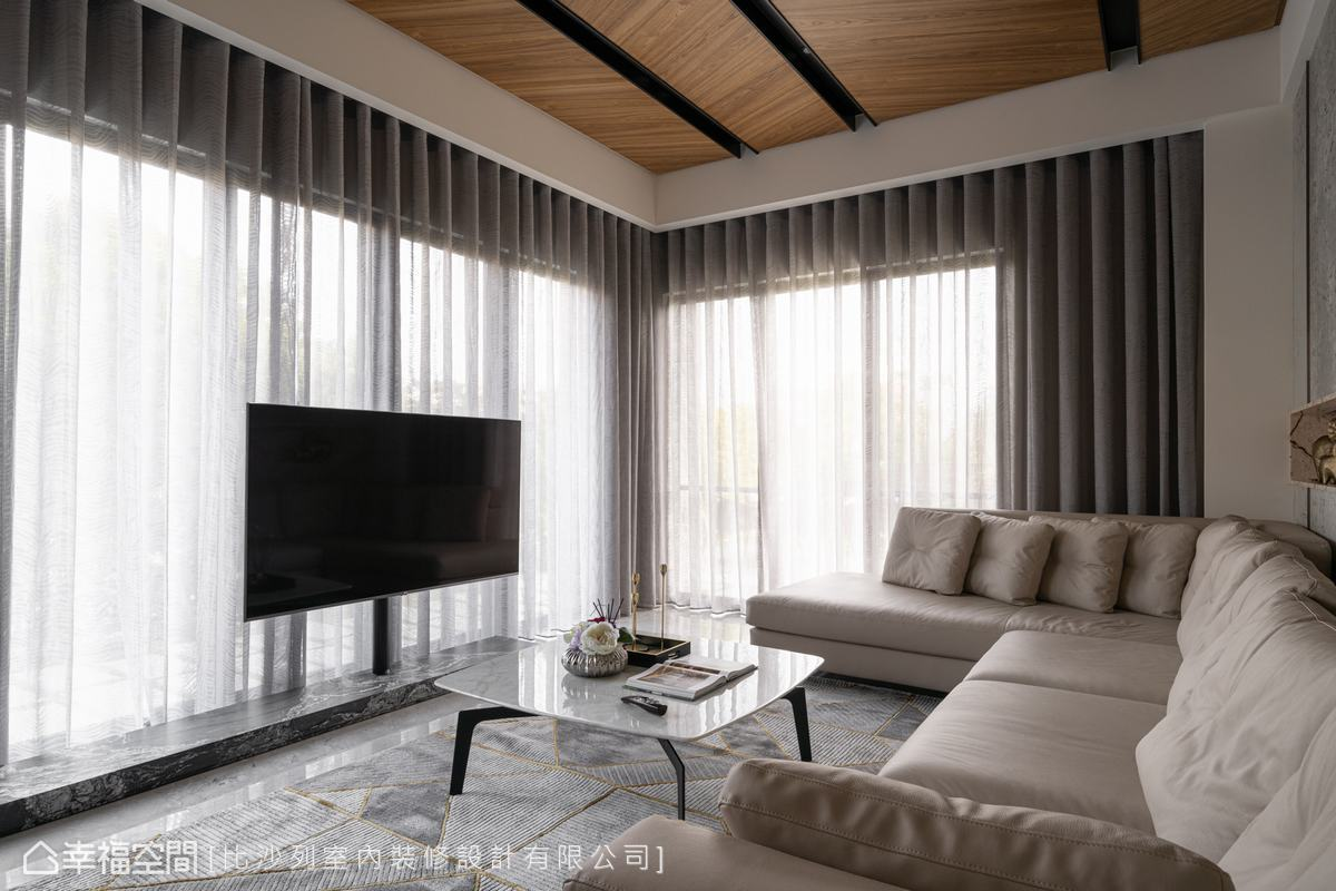 本案擁有自然景觀優勢,比沙列室內裝修設計捨去傳統電視牆,以鐵件穩固電視、石材定義出機櫃,讓大面落地窗攬進難得美景。