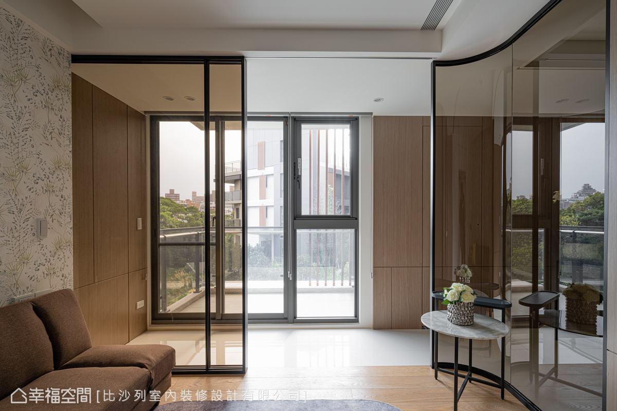 起居室地坪架高並以茶玻隔間,保有明亮採光,轉角以圓弧面處理,讓空間更顯柔和,置入沙發床也可作為休憩之用。