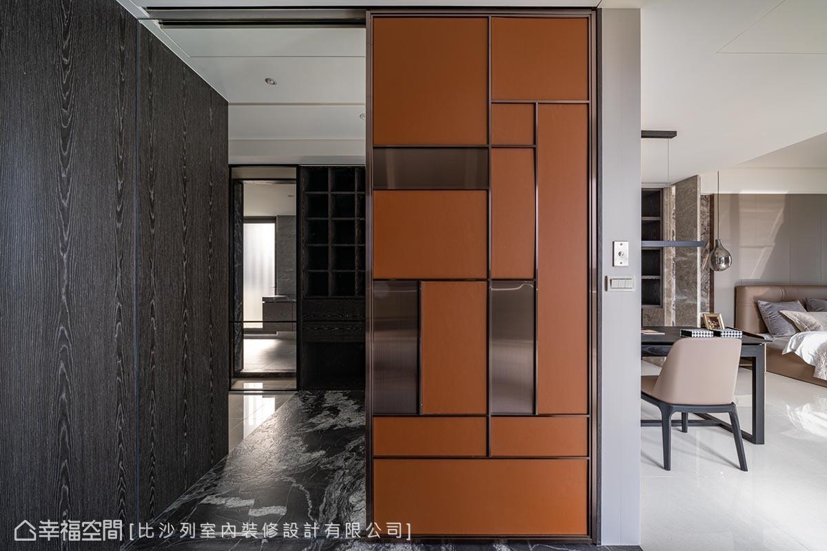 登上3樓是主臥的獨享空間,色系轉為更加沉穩的深木色,搭配入口門片以鍍鈦包框並在橘色皮革上交織出幾何線條,刻劃出精品輪廓。