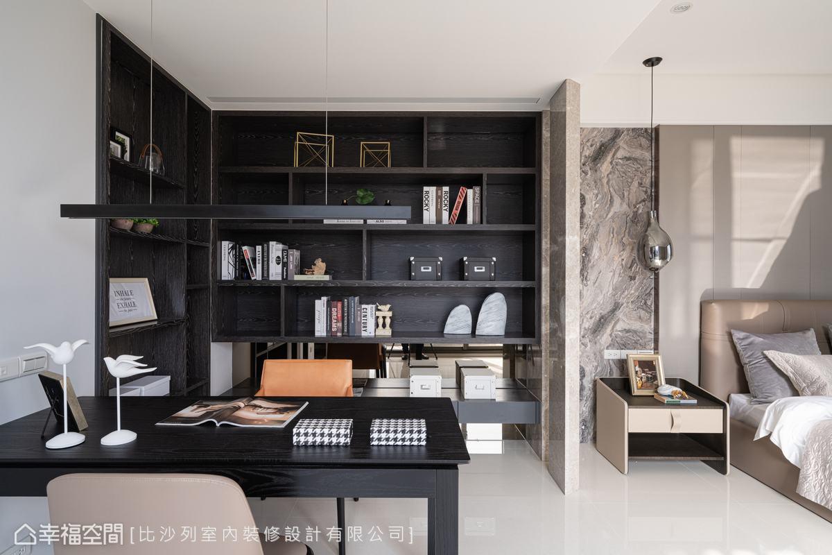 步入主臥左轉先進到閱讀區,置入L型的大面書櫃,搭配茶鏡背板降低櫃體沉重感,更立起斜面、鏤空的石材屏隔,做為空間分界。
