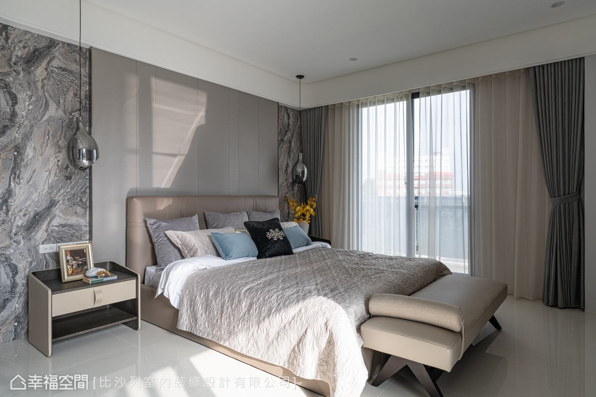 床頭背牆使用繃皮與石紋板,搭配圓弧天花壁板,色調轉為恬適的奶茶色系,圍塑出柔和安穩的睡眠區。