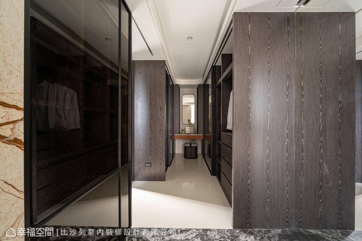 衣櫃採用灰玻門片,降低空間壓迫狹小的感受,中間化妝桌沿用橘色皮革,以平衡視覺、作為此區亮點。