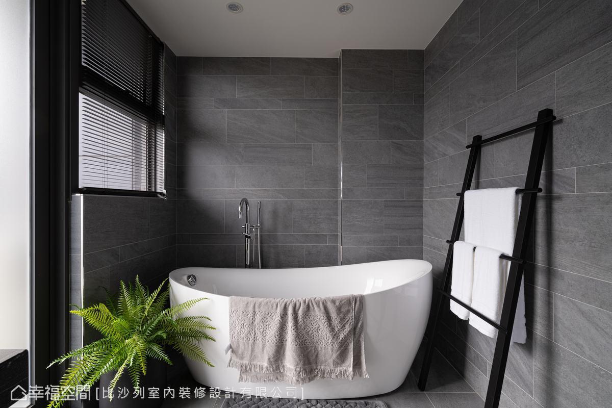 將灰色石英磚裁切出不同高度,也採用交錯拼接,讓沉靜立面更顯變化、提升細部質感。