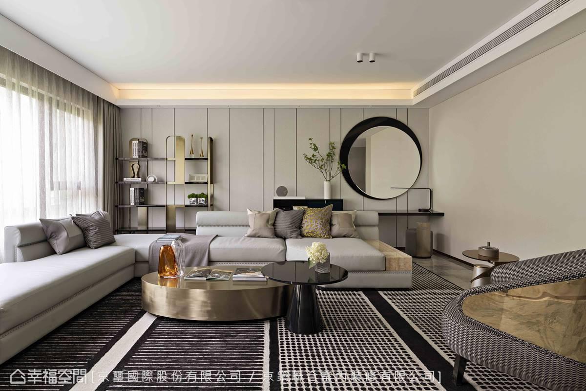 客廳圓形鏡面與圓形家具柔化空間線條,圍塑出簡約生活感。