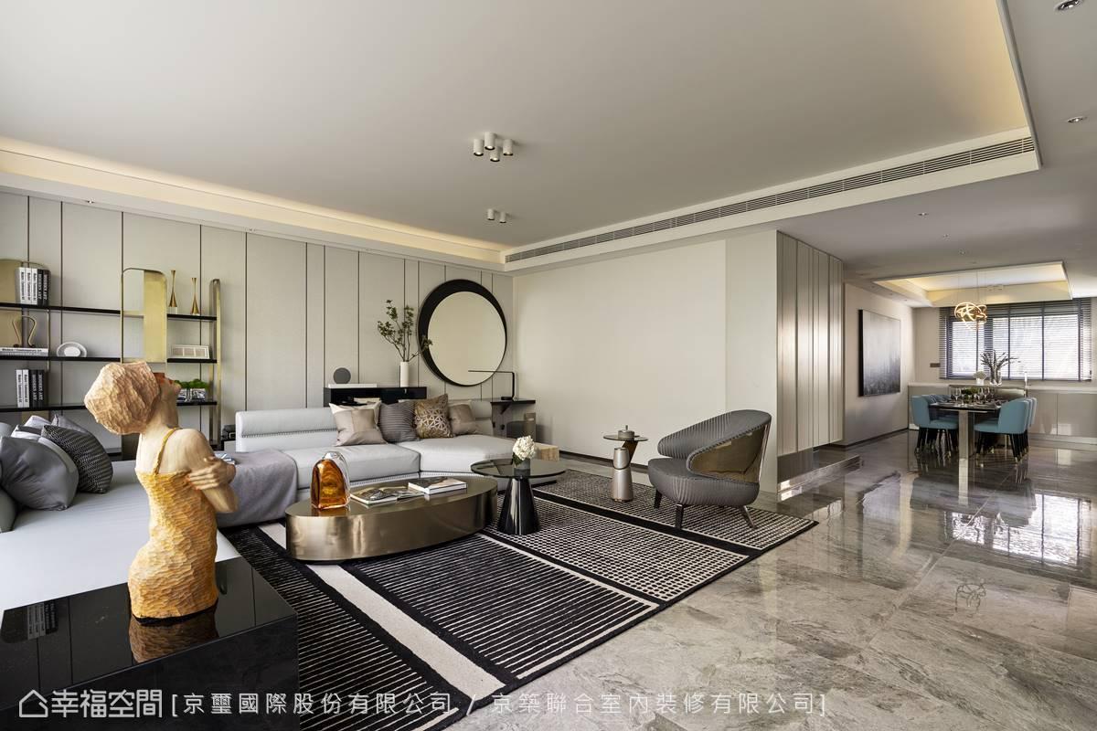 周彥如設計師大膽退縮玄關,釋放出寬敞走道,將餐廳與客廳流暢串聯成整體。