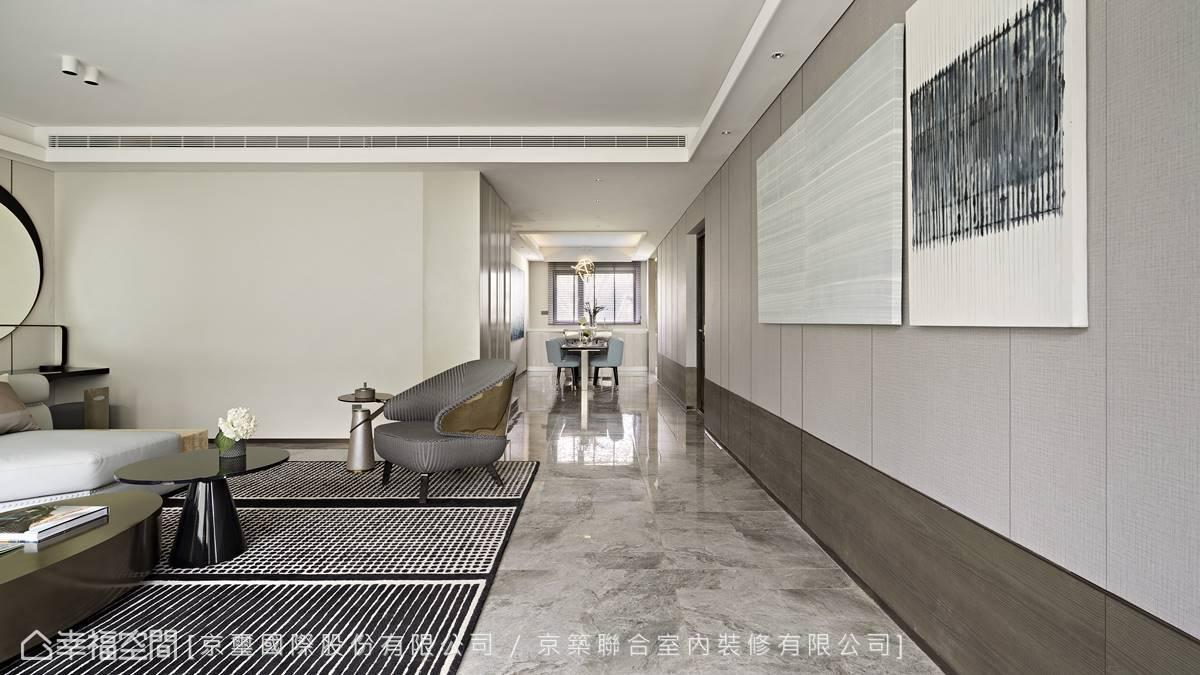 客廳牆面俐落簡練的縱向線條與橫向鋪陳的低歛木質迤邐綿延至餐廳,漸進轉換為1:3的分割比例,合奏出錯落有致的曼妙節奏。