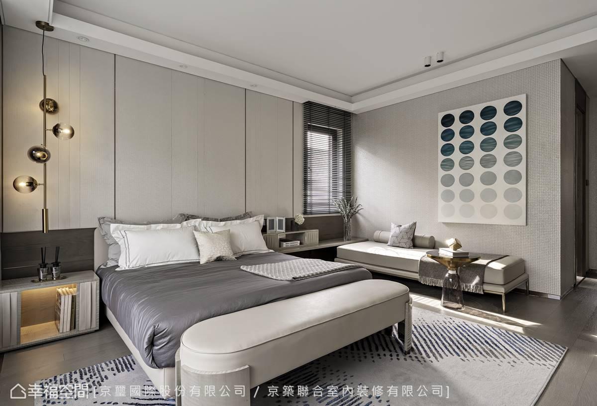 呼應公領域,主臥室床頭也使用縱向線條及橫向木紋延展視覺,但微調比例形塑和緩紓壓的悠緩愜意氛圍。