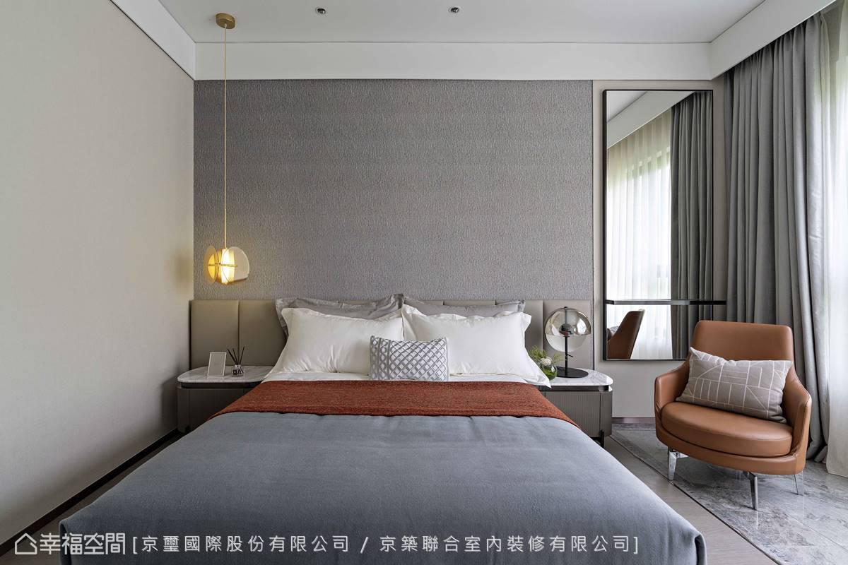 床頭一側安置的鏡面方便整理儀容,亦延伸空間尺度及深邃景深。