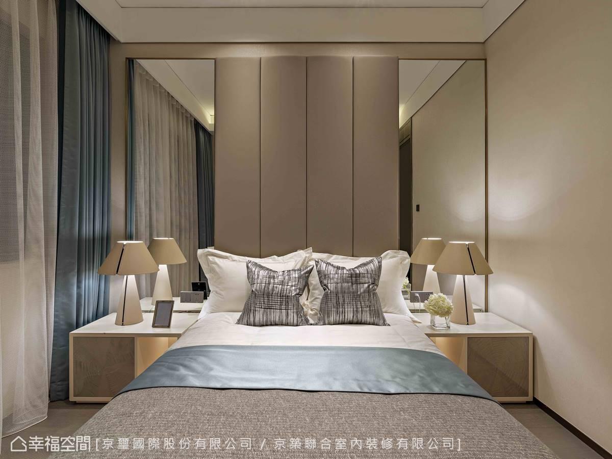 床頭兩側使用鏡面放大空間視野,並消弭狹小空間可能產生的壓迫感。