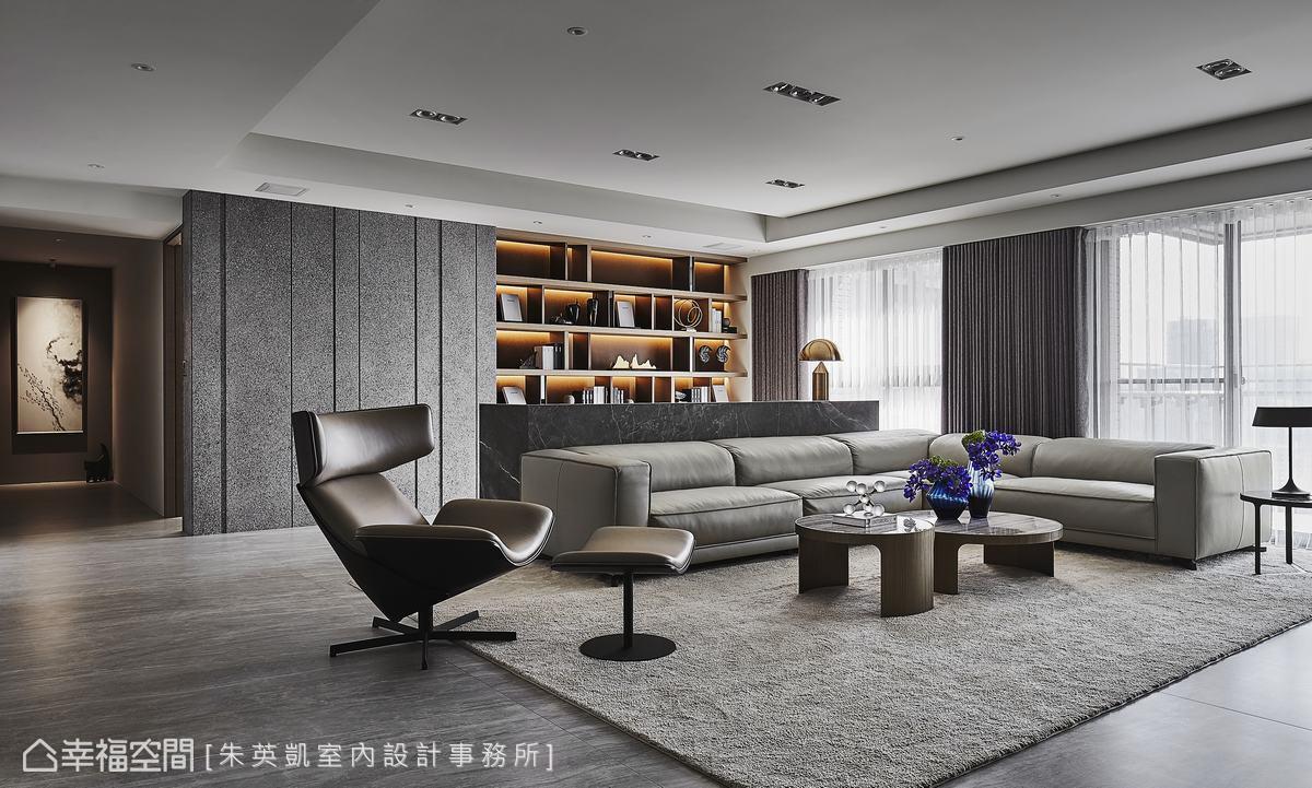 為了符合風水需求,設計師設置「吧台式」沙發背牆,半高的牆面讓空間開闊,後方的書櫃成為公領域端景。