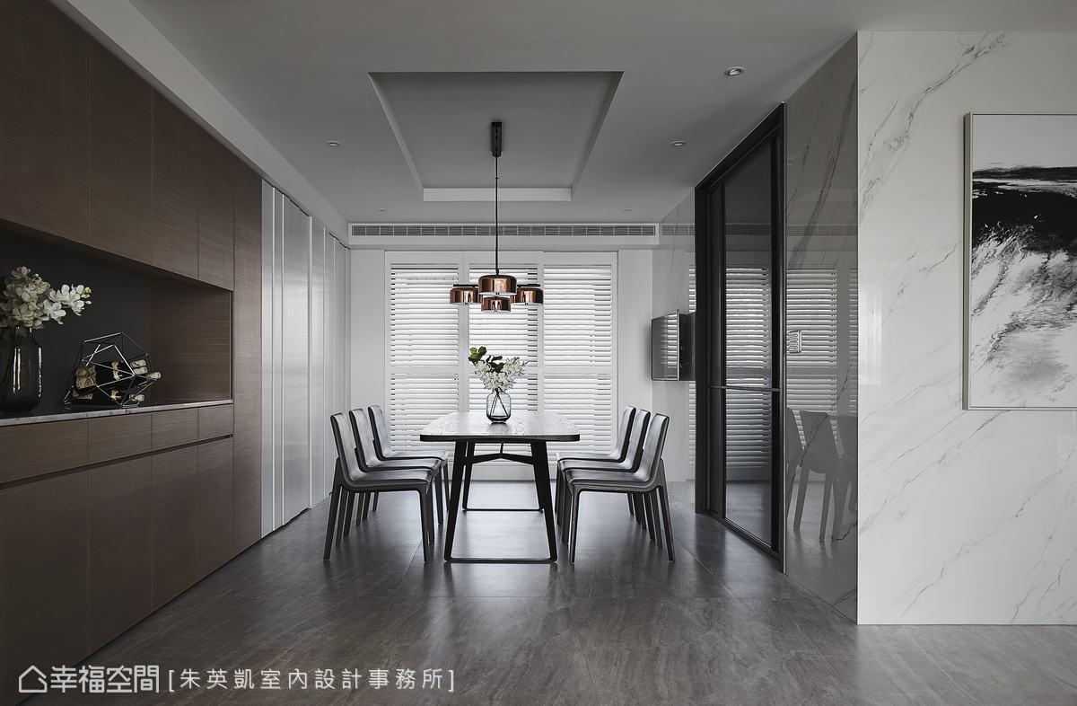 餐廳配置餐櫥櫃,收納餐廚用具,並利用不同色彩,在視覺上讓場域自動區分開,平衡客餐廳的長度。