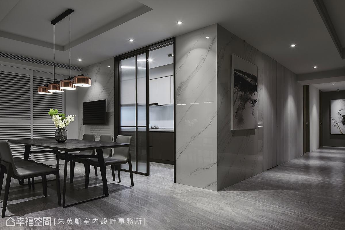 廚房以玻璃鐵件拉門阻隔油煙,後方陽台設置木百葉,顧及隱私的同時兼具美觀,也不影響採光。