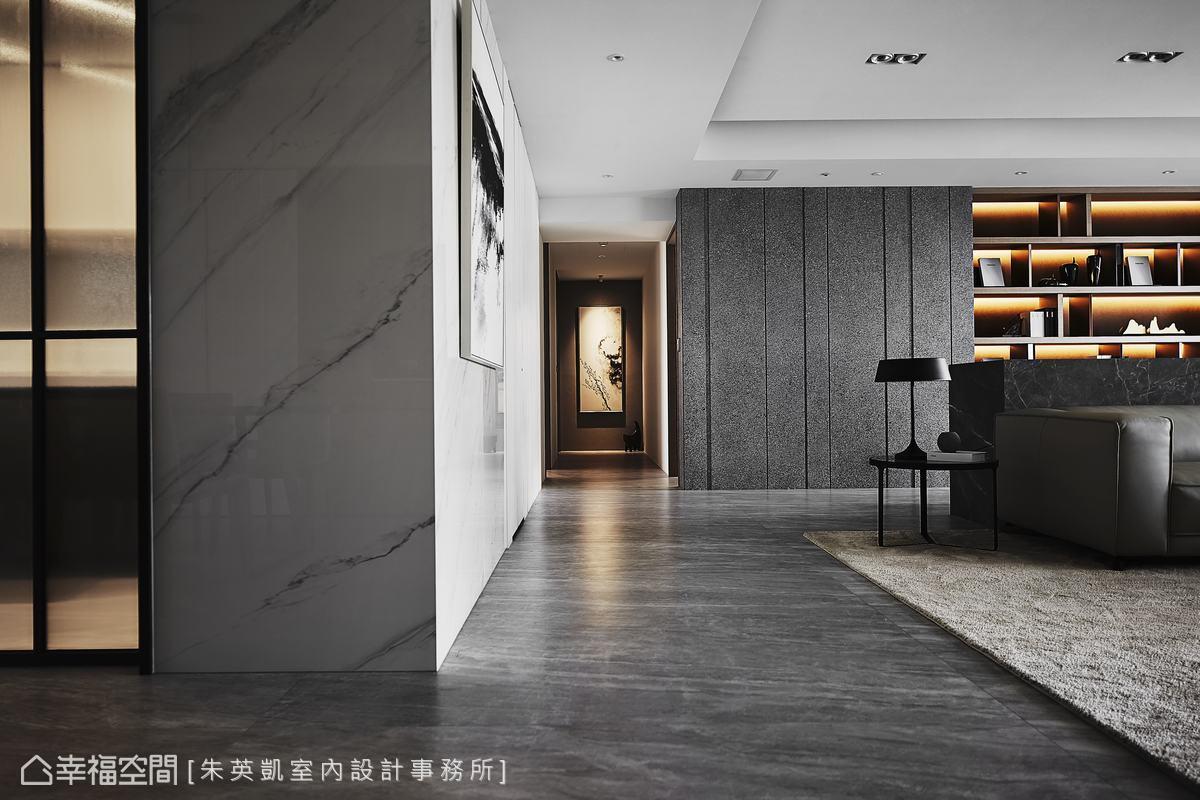 120公分的廊道規劃,是走起來最舒適的寬度,廊道的兩側分別為白色大理石磚和灰色日本特殊漆,讓空間色調遊走於灰白之間。