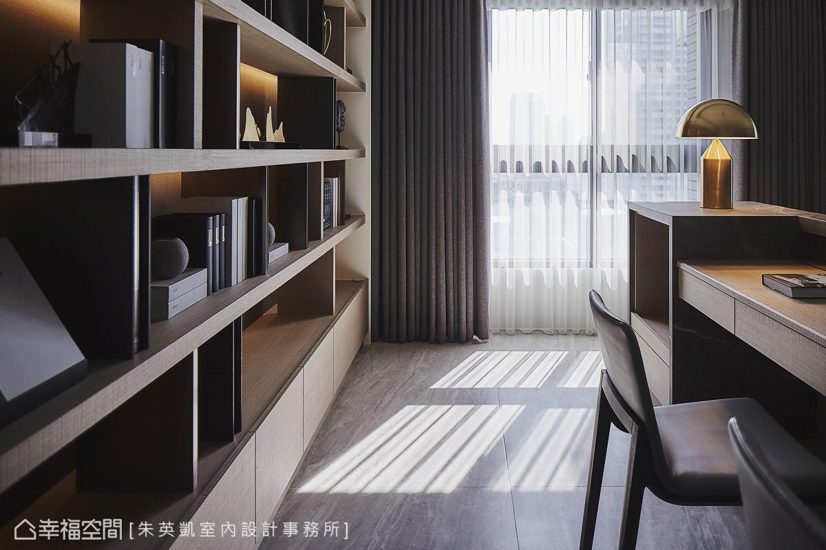 沙發背牆後方配置書桌與事務機櫃,書房機能完整,後方開放式展示櫃底部藏有燈帶,營造藝術氛圍。
