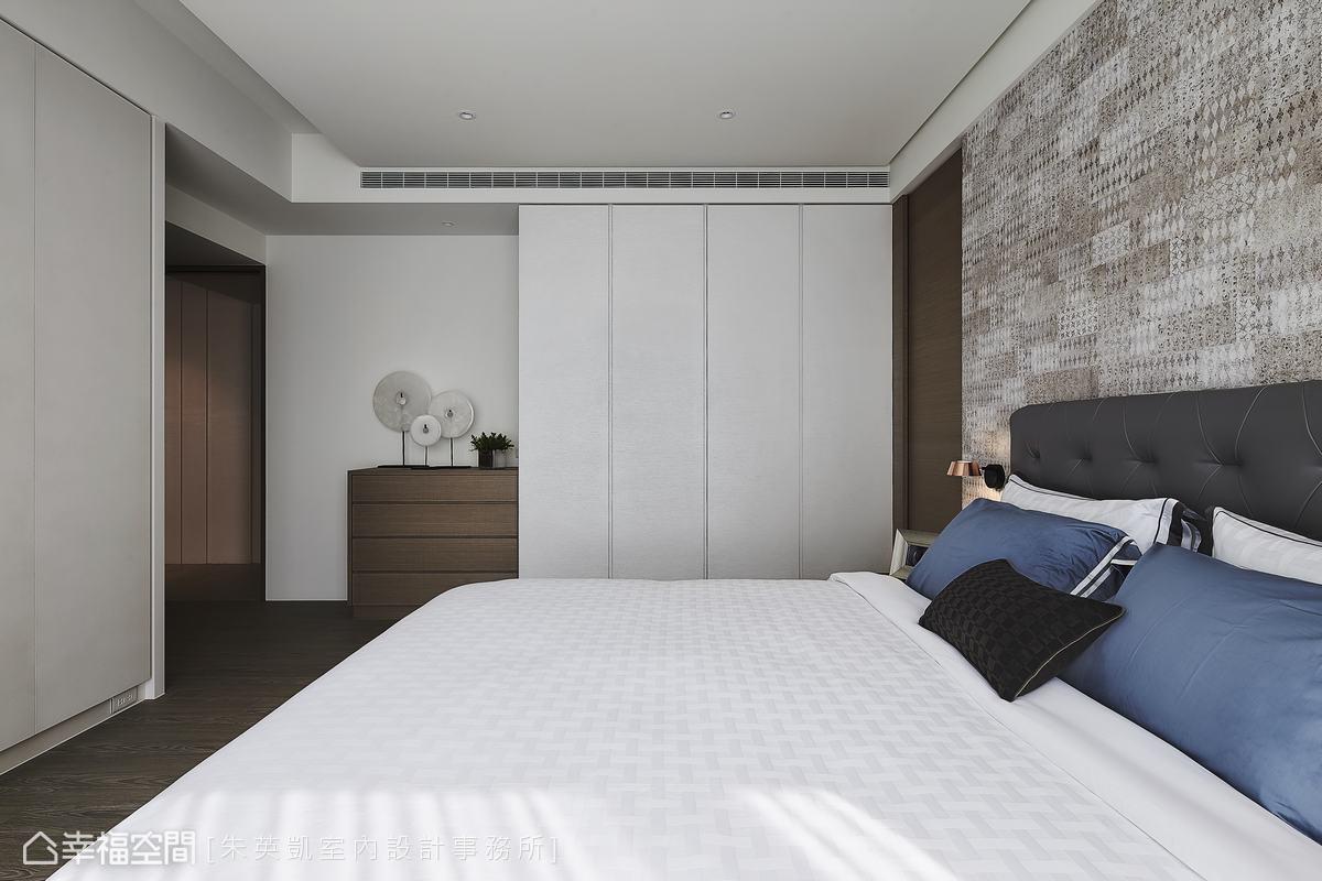 朱英凱設計師利用結構牆規劃成面衣櫃,提供屋主大量的衣物收納空間。