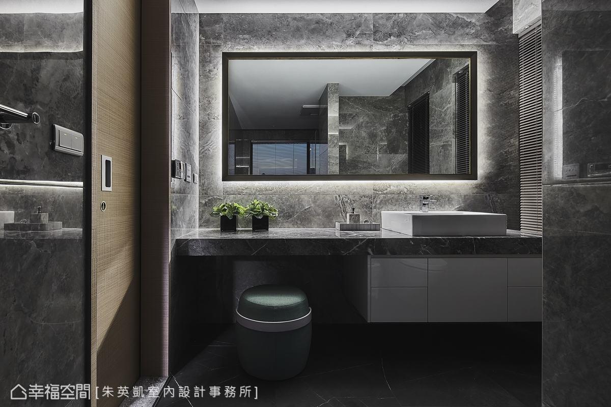由於主臥室坪數不大,設計師將梳妝台規劃於拉門後的衛浴空間,鏡子後方嵌入燈帶,具有補光燈效果。