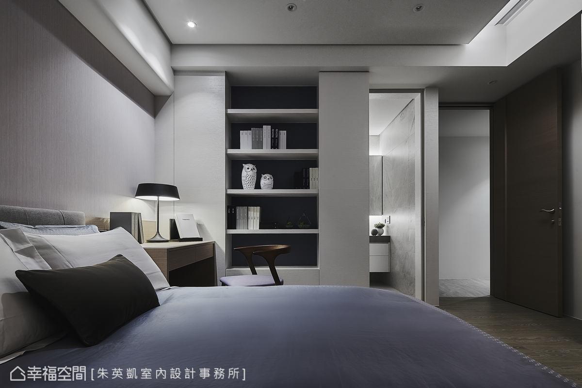 床頭上方的樑以1/4圓角包覆,並重新配置衛浴與房門的開口位置,化解風水疑慮。