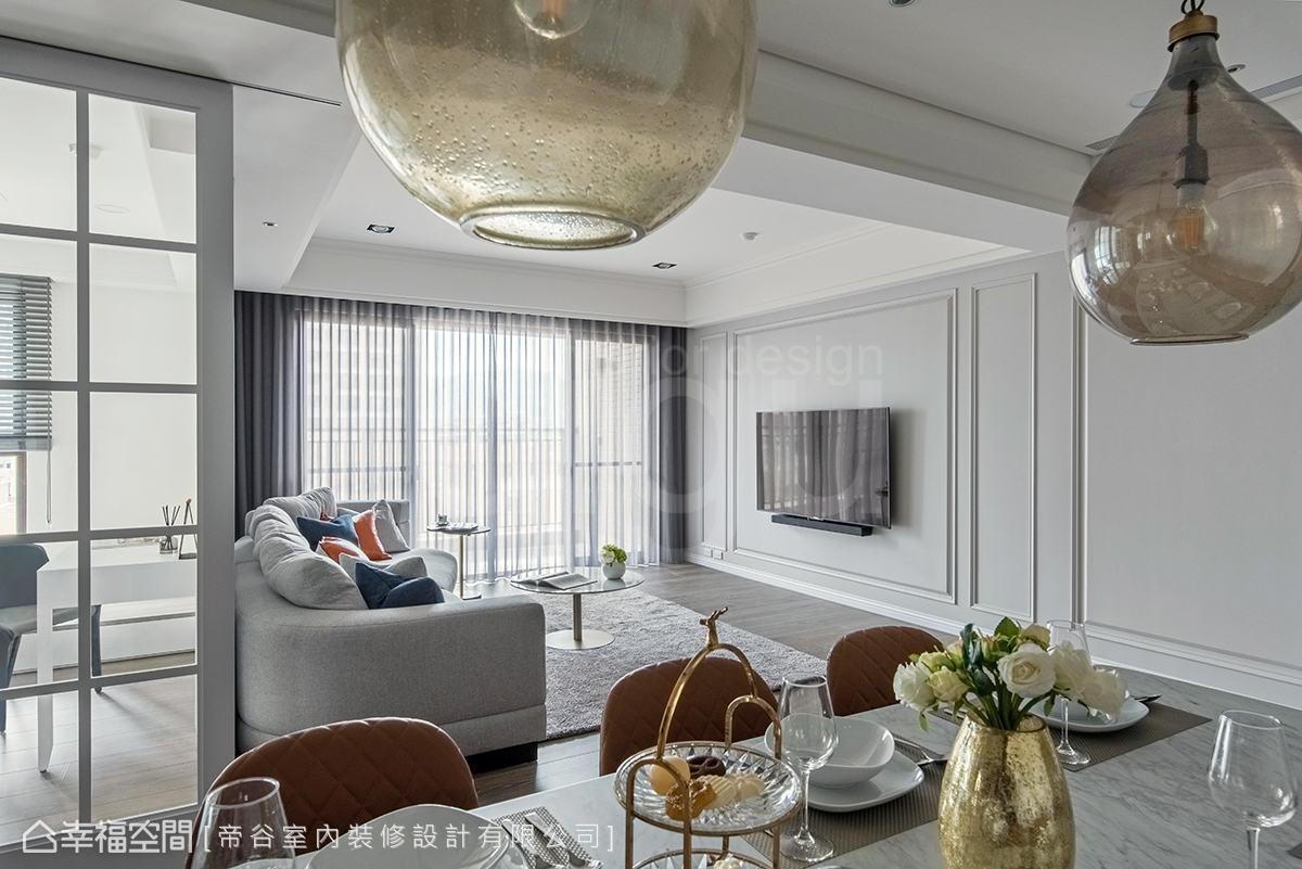 客廳電視牆採用義大利手工烤漆材質佐以線板綴飾,形塑簡潔、俐落視覺,機櫃則集中右側的收納櫃中。