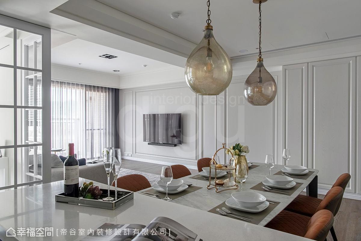 餐廳桌面結合中島,延伸視覺與使用動線,搭配手工感燈具,揉入些許質樸、溫暖感受。