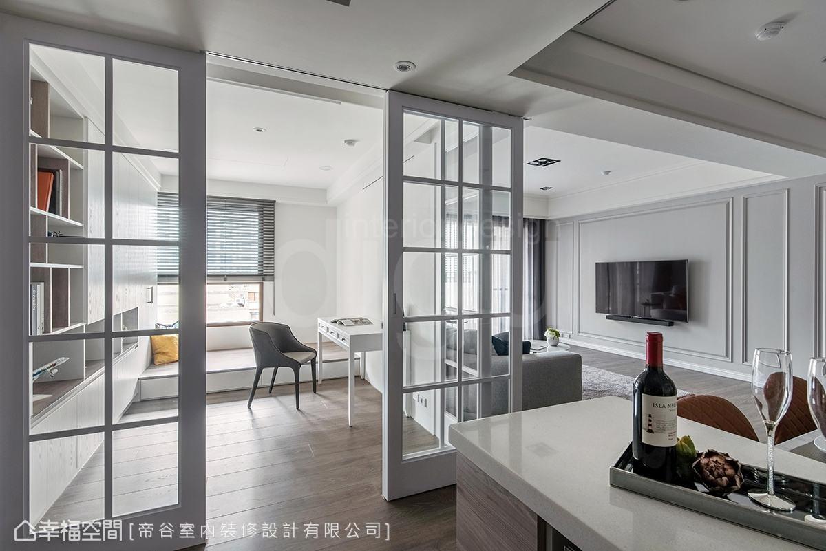 取消書房實牆,改採窗格推拉門引光入室,讓廚房也享有好採光,內部配置臥榻,可彈性作為休憩角落。