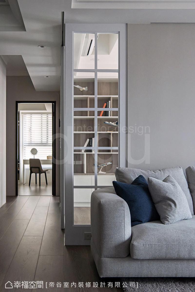 書房門片設計延伸至客廳沙發背牆,增加採光、降低實牆沉重感,同時也豐富場域表情。