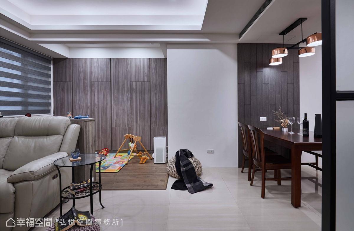 天花以多層次設置,並配置間接光源,使公領域看起來更高挑,放大空間效果。