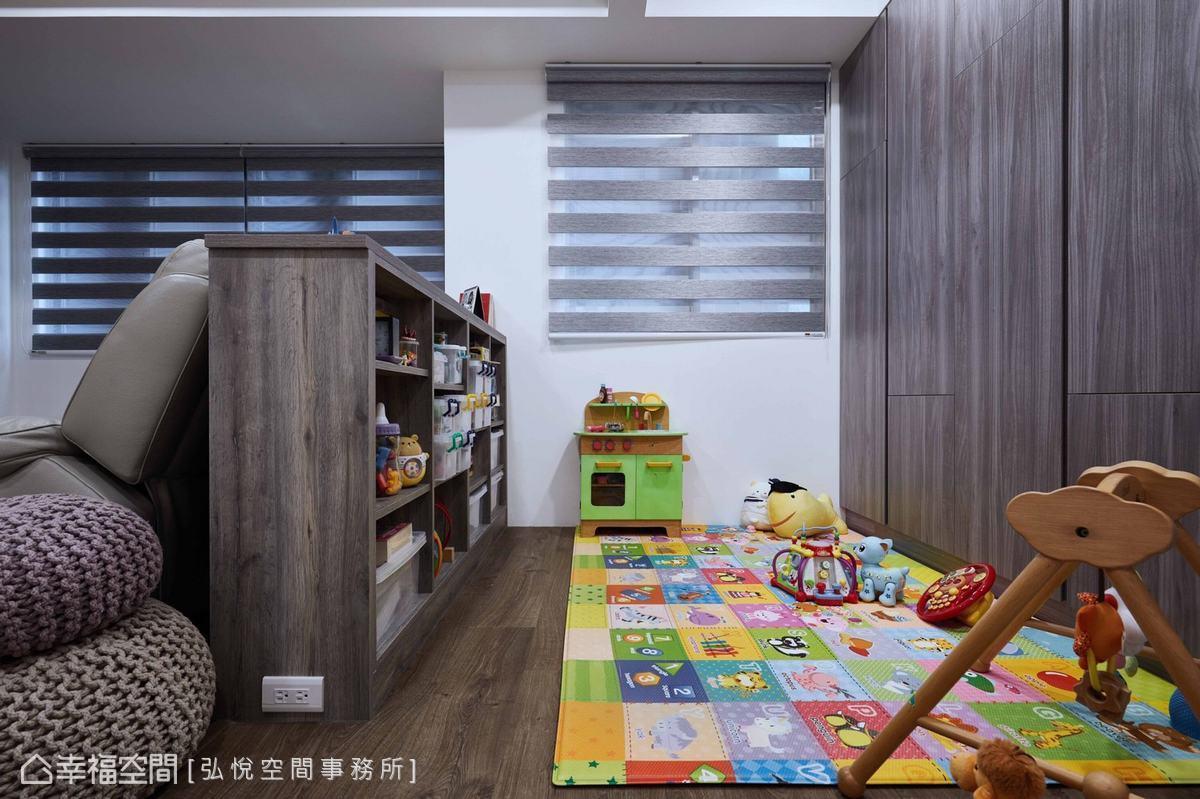 沙發後方以矮櫃隔出兒童的遊戲區,開放式層櫃提供孩子收納玩具、書籍的空間。