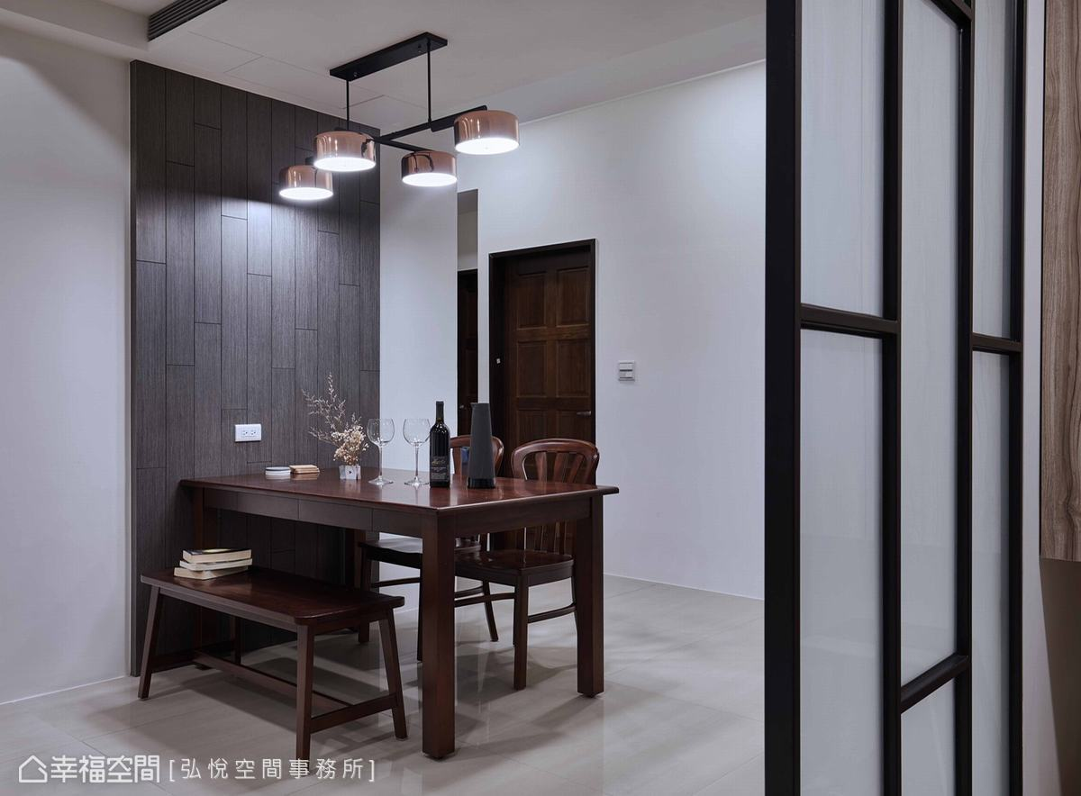 牆面以木紋拼貼,呼應公領域的木質元素,並藉此挹注溫潤質感,隔絕牆面的冰冷感受。