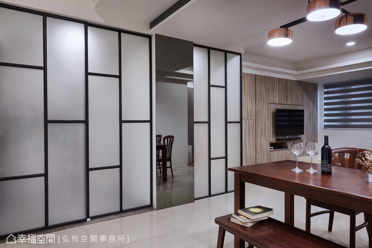 以鏡面遮飾玄關櫃,輕化量體,並透過鏡面元素增加場域景深。