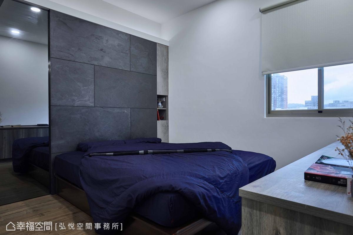 床頭牆以仿石材貼皮鋪敘,低彩度的自然況味表現沉穩、舒眠調性。