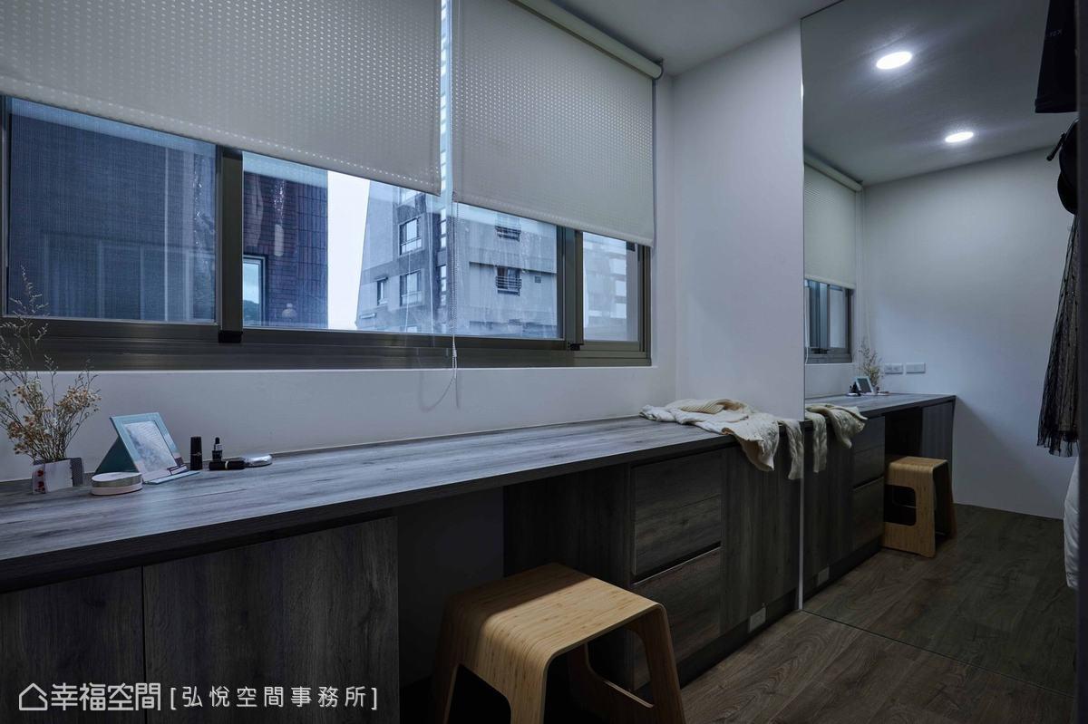 由於夫妻工作時段不同,林昱村設計師規劃機能完整的獨立更衣室,讓兩人作息不互相影響。