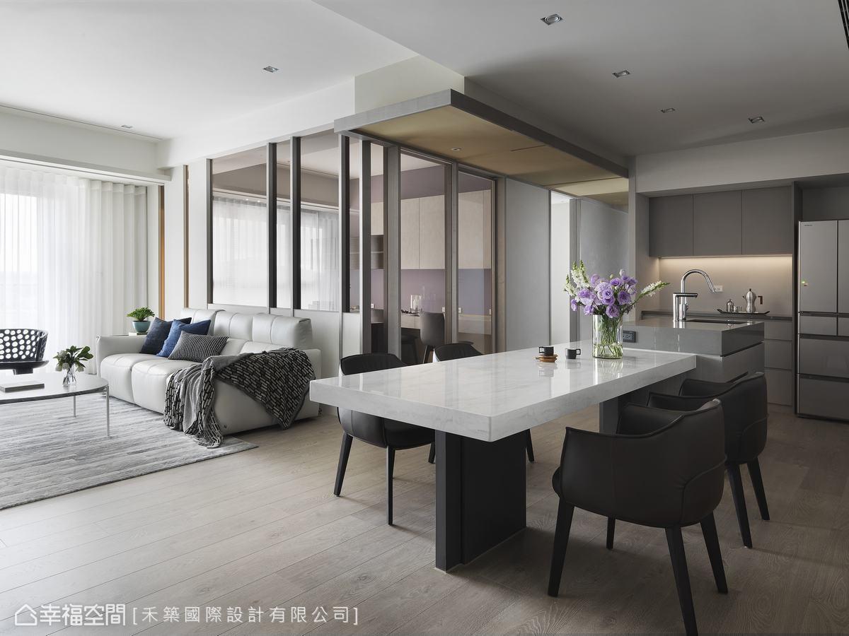 沙發後的實牆隔間上半部改為輕透茶玻串聯採光,使空間顯得明亮軒敞,情感互動更加密切。